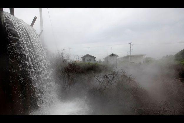 L'eau continue de jaillir du conduit de ventilation d'une ancienne mine à Iwaki, à une cinquantaine de kilomètres de Fukushima.