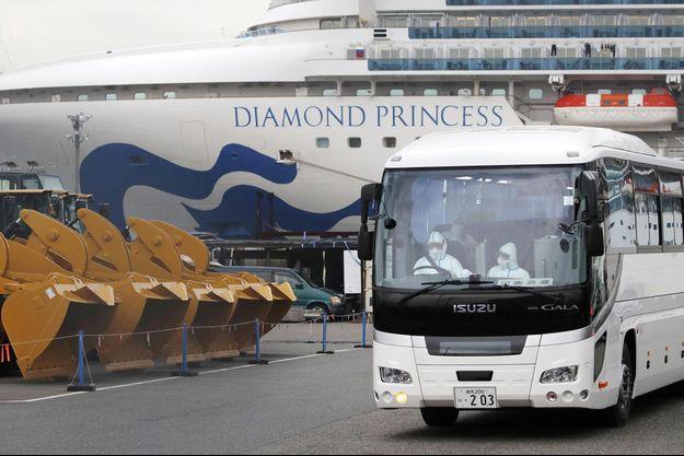 Les passagers âgés du Diamond Princess ont été évacués à bord d'un bus.