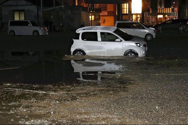 Un tsunami d'un mètre était attendu sur une partie de la côte nord-ouest de l'île de Honshu (la principale de l'archipel), le long des préfectures de Yamagata, Niigata et Ishikawa, d'après les estimations de l'Agence de météo. Celle-ci a constaté un petit raz-de-marée en au moins cinq points un peu plus tard, mais a levé l'avis vers 01H00 mercredi (mardi 16H00 GMT).