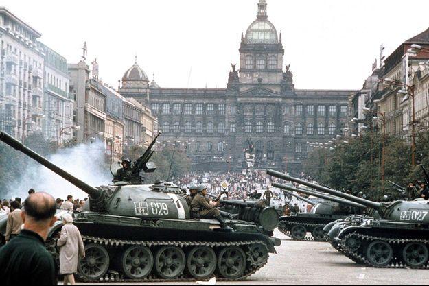 21 août 1968. La chape de plomb se referme : les chars soviétiques mettent un terme au Printemps de Prague et à ses rêves de liberté. La République tchèque acquiert son indépendance vingt-cinq ans plus tard.