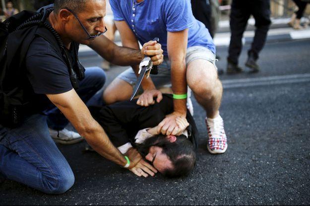 Yischai Schlissel à terre, après qu'il a poignardé six personnes, jeudi soir à Jérusalem.