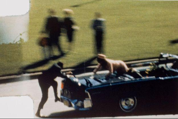 John Kennedy vient d'être abattu. Clint Hill tente de rejoindre Jackie, affolée...