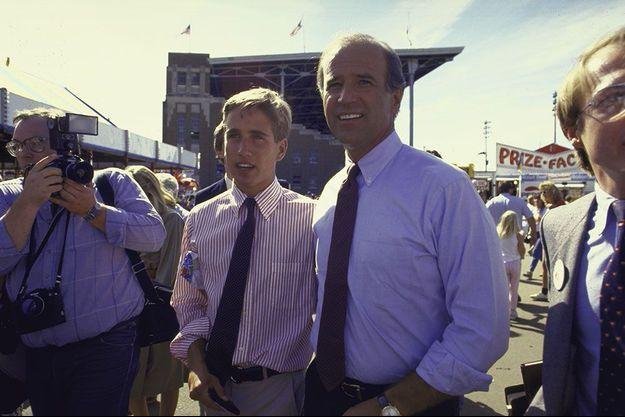 Joe Biden avec son fils Beau à la foire d'Etat de l'Iowa, en août 1987. C'est là que le candidat à la primaire démocrate a plagié une partie de son discours sur un spot publicitaire pour le leader travailliste britannique.