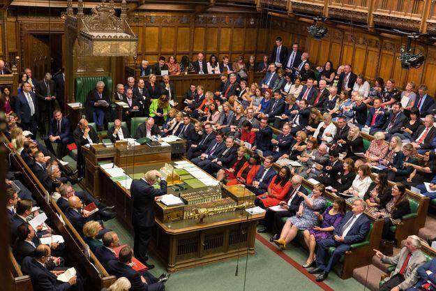 Boris Johnson, perplexe, se gratte la tête devant les 650 députés de la Chambre des communes, à Londres, avant de leur répondre. Le 3 septembre.