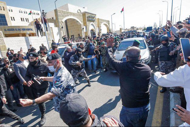 Des centaines de personnes en colère se sont rassemblées devant l'hôpital.