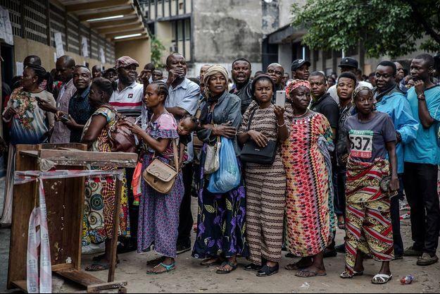 D'importantes files d'attente attendent les électeurs, comme ici à Kinshasa.