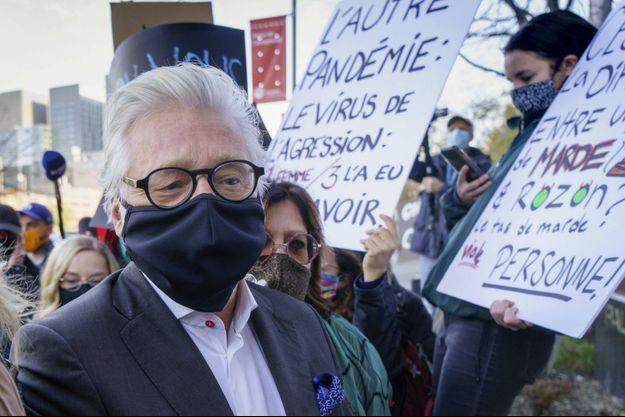 Gilbert Rozon fait face à des manifestants devant le tribunal, le 6 novembre, à Montréal.