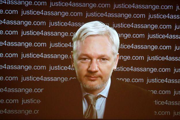 Julian Assange sur écran géant lors de la conférence de presse à Londres.
