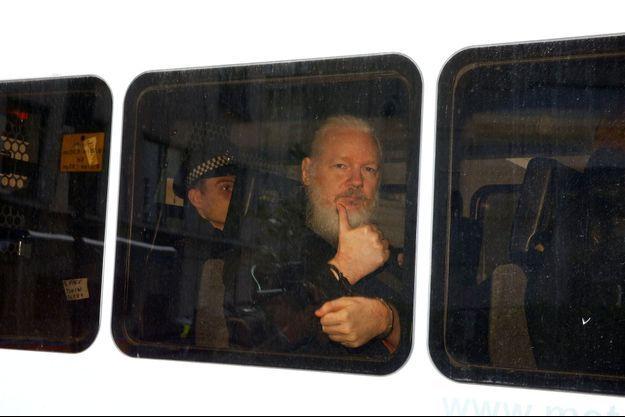 Julian Assange lors de son arrestation à Londres.
