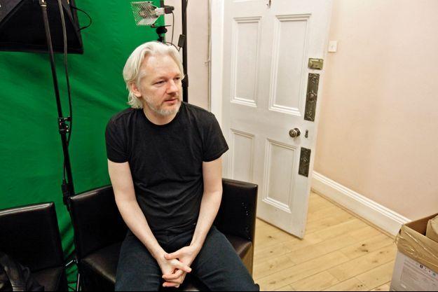 Vendredi 28 mars, à l'ambassade d'Equateur de Londres. Derrière lui, un fond vert devant lequel il se filme pour communiquer sur Skype ou les réseaux sociaux.