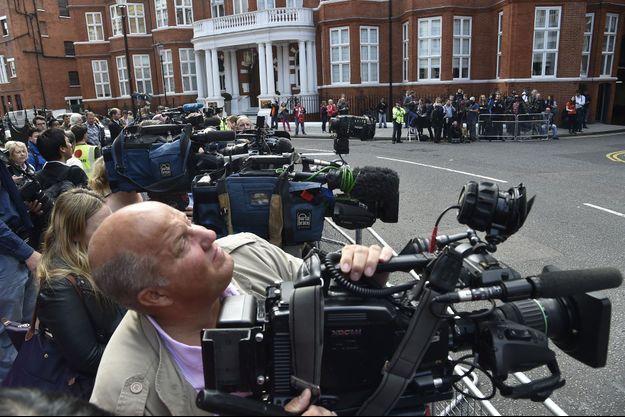 Julian Assange a donné une obscure conférence de presse ce lundi.