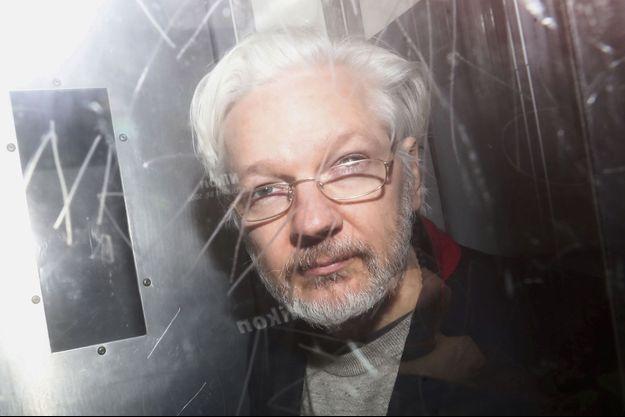 Le 13 janvier 2020, sur le trajet du tribunal de Westminster, à Londres. L'une des rares photos du journaliste depuis son arrestation en avril 2019.