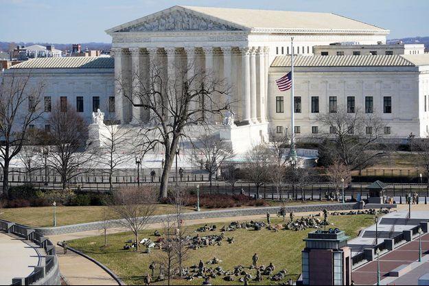 La Cour suprême, mardi, à Washington. Sur la pelouse, des soldats venus protéger la cérémonie d'investiture de Joe Biden.