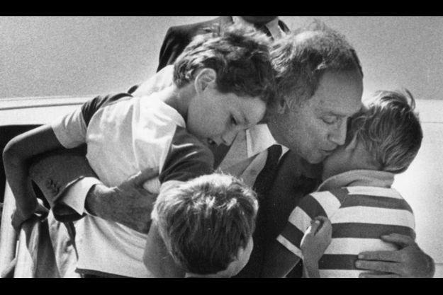 Justin Trudeau (à G.) dans les bras de son père, avec ses frère Michel et Sacha en 1983.