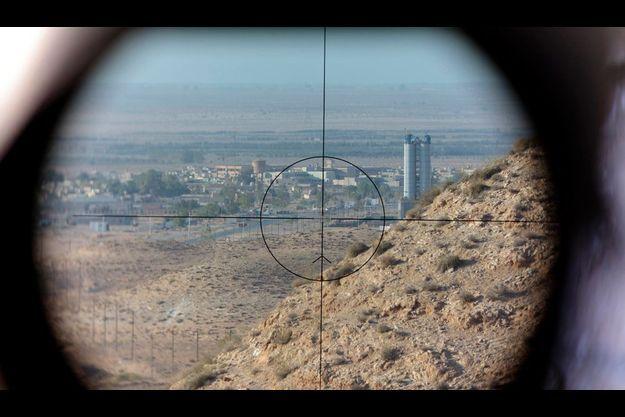 Après des mois de combats, les rebelles de l'Ouest libyen sont finalement descendus de leurs montagnes du Djebel Nefoussa. De plus en plus encerclés dans Tripoli, les kadhafistes sont dans leur ligne de mire. Comme ici, dans les contreforts de Bir Ghanem, où les rebelles observent les positions de l'armée à 2 kilomètres en aval, à travers le viseur de leur missile Milan, de fabrication française.