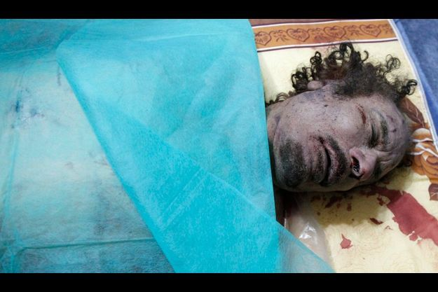Mouammar Kadhafi, mort, à Misrata.