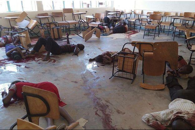 Etudiants et étudiantes ont été forcés de s'allonger dans le péristyle de l'université avant d'être mitraillés dans le dos.
