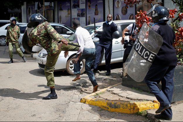 Des policiers kényans frappant un manifestant, le 16 mai dernier à Nairobi.