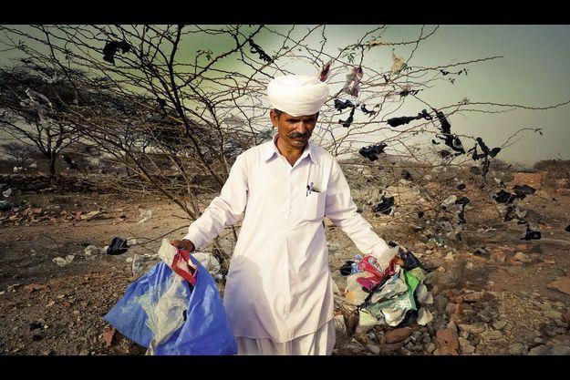 En Inde, Khamu Ram récupère les sacs-poubelle en plastique et les remplace par du jute.