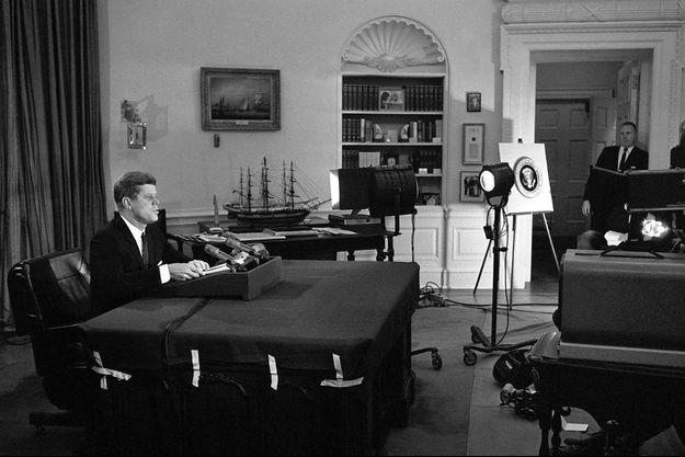 Le 22 octobre 1962, John F. Kennedy annonce en direct à la télévision la mise en place du blocus naval de Cuba.