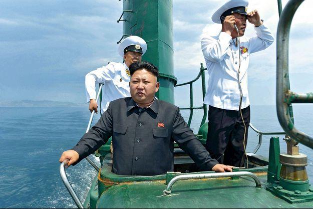 16 juin 2014. Kim Jong-un pendant une inspection de la flotte, à bord du sous-marin 167, vétuste et rouillé.