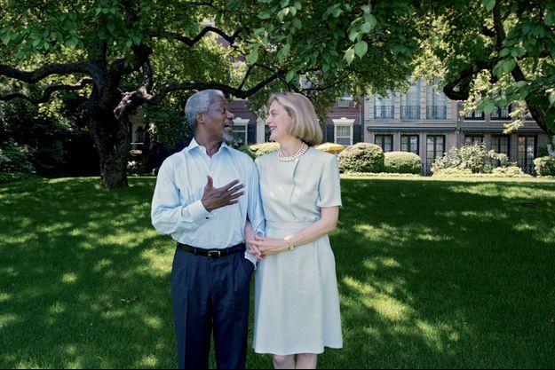 Kofi Annan avec sa femme, Nane, dans les jardins de leur résidence à New York en 1998.