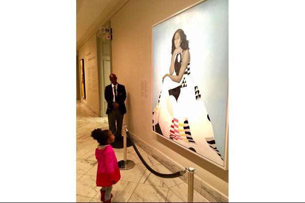 La photo montrant la petite Parker en admiration devant le portrait de Michelle Obama.