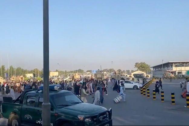 Des milliers de personnes tentaient lundi de fuir l'Afghanistan depuis l'aéroport de Kaboul.