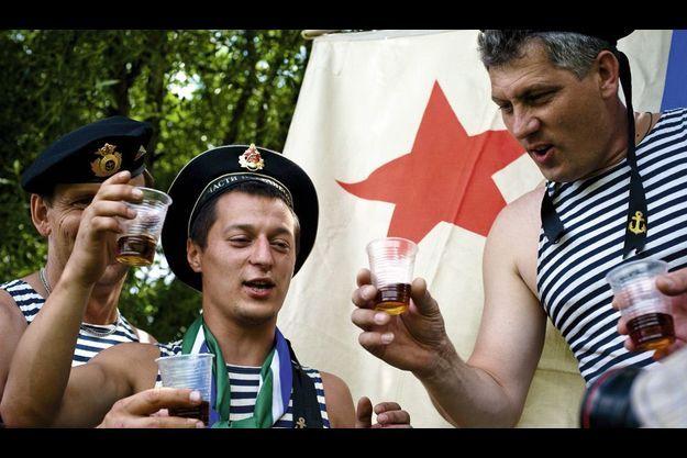 En plein été, comme ici à Moscou, la Journée de la marine russe est prétexte à toutes sortes de libations. Mais en Russie, c'est tous les jours qu'on boit sec.