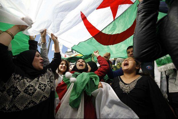 Des Algériens protestent la décision du Abdelaziz Bouteflika à Alger.