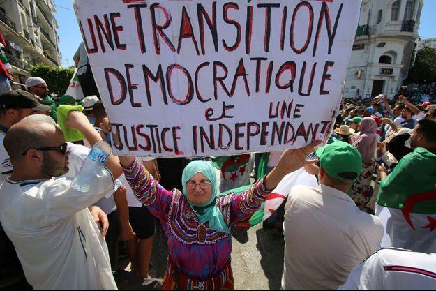 En Algérie, les manifestations continuent chaque vendredi, comme ici à Alger.