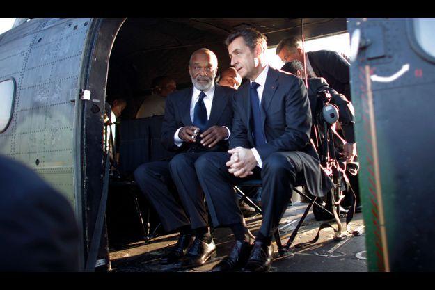 Nicolas Sarkozy et René Préval survolent les zones sinistrées par le séisme du 12 janvier.