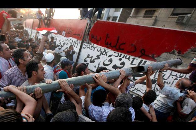 Les manifestants ont détruit le mur protégeant l'ambassade.