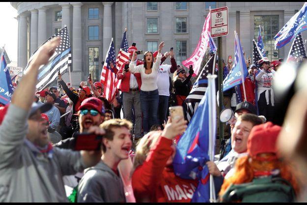 Manifestation au pied du Hoover Building, sur la Freedom Plaza organisée, entre autres, par Alex Jones, activiste adepte des théories du complot..