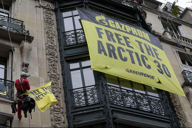 Les activistes de l'association ont accroché mercredi une banderole sur les murs du siège de Gazprom, à Paris.