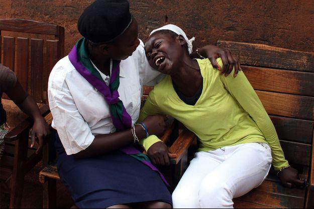 Une femme pleure après la mort de l'un de ses proches, en Centrafrique.