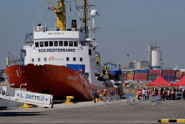 Le navire Aquarius dans le port de Valence.