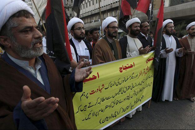 Des responsables chiites manifestent après l'exécution du chef Nimr Baqer al-Nimr.