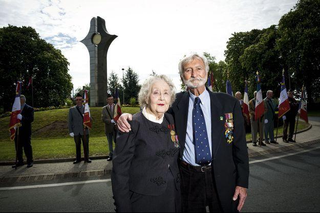 Noreen Riols (agent Baxter) et Bob Maloubier, le 6 mai 2014, au mémorial de Valençay, dans l'Indre, érigé en l'honneur des 104 agents de la section F (France), tués au combat ou assassinés dans les camps de la mort.