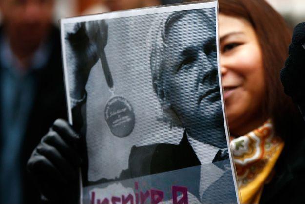 Une supportrice de Julian Assange tient une photo de lui devant l'ambassade équatorienne, le 14 novembre 2016.