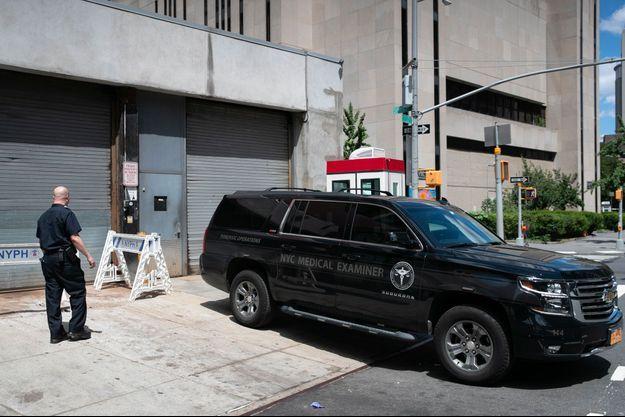 Samedi 10 août à New York, devant l'hôpital où a été transporté le corps de Jeffrey Epstein.