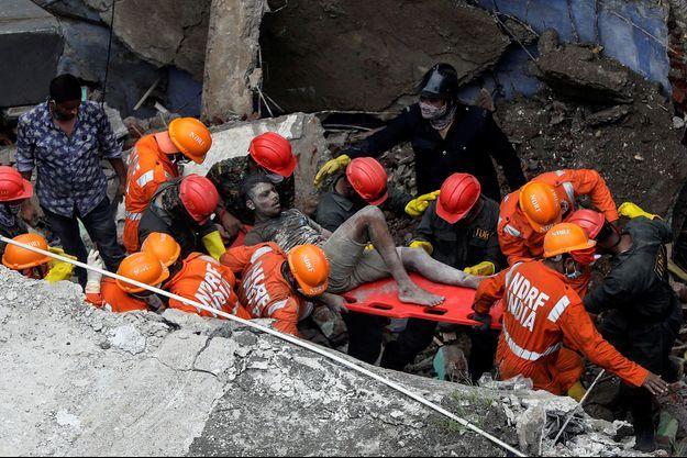 Un immeuble de trois étages s'est effondré lundi en Inde.