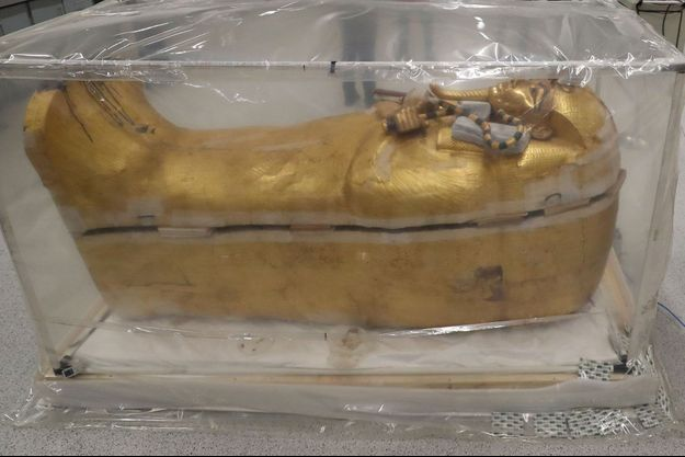 L'Egypte a présenté dimanche le sarcophage doré de Toutânkhamon, en restauration pour la première fois depuis sa découverte en 1922.