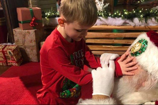 Le petit Matthew a vécu une émouvante rencontre avec le père Noël.