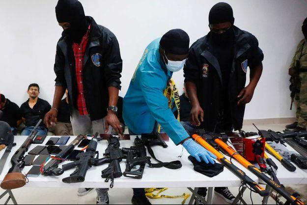 Présentation par la police haïtienne des armes saisies lors de l'arrestation des 17 suspects dans le meurtre du président haïtien Jovenel Moïse.