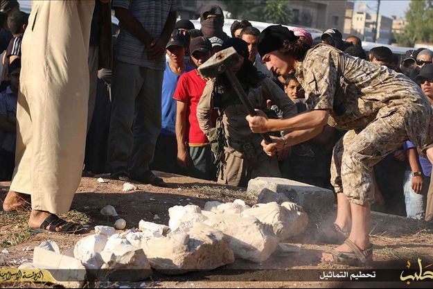 Un militant de l'Etat islamique en train de détruire des statues provenant de Palmyre.