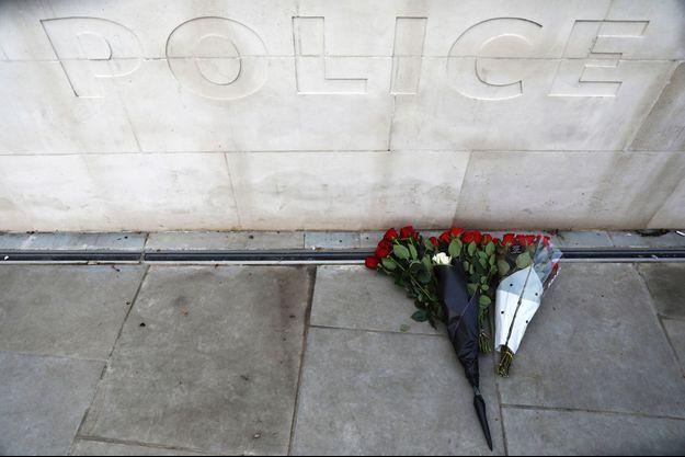 Des fleurs ont été déposés devant le siège de la police à Londres.