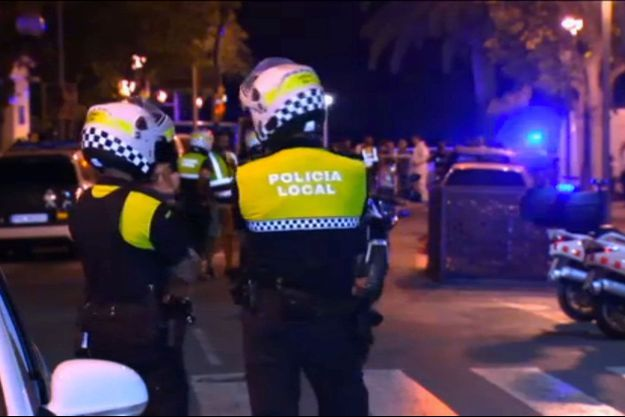 Des officiers de polices espagnols devant la scène de drame à Cambrils.