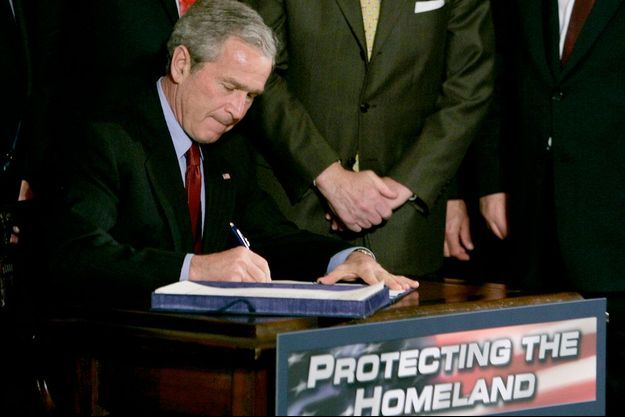 Le 9 mars 2006, George W. Bush signe le renouvellement du Patriot Act.