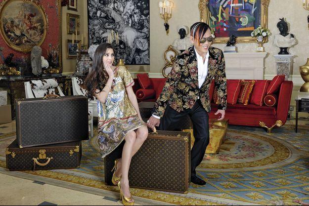 A l'automne 2013, dans leur appartement de la résidence Bel Air de Hongkong. Stephen Hung, mèches décolorées et veste à motifs fleuris, accompagné de sa jeune femme Deborah qui arbore des diamants prêtés par leur ami le joaillier Graff..